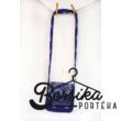 Sötétkék színű, bordűrös kékfestő mintájú táska