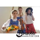 Középkék színű, nagy virágos kékfestő mintájú lány ruha
