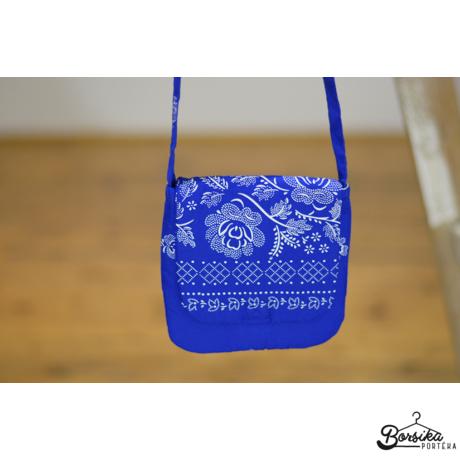 Középkék színű, bordűrös kékfestő mintájú táska