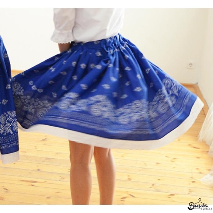 Középkék színű, PÖRGŐS, bordűrös, kékfestő mintájú néptáncos szoknya gumis derékkal (290 cm körben)